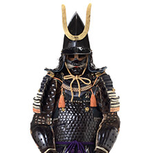 A hat-shaped helmet and armor covered with kozane small scales of glued leather strips