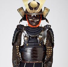 Armor with an iron-black-lacquer-finished, two-piece set of cuirass of horizontally arranged and riveted plates (or okegawa-do), provided with lacings at the top area of the cuirass